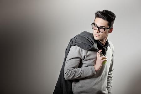 매력적인 남자 캐주얼 안경을 착용하는 옷을 입고 - 스튜디오 촬영, 복사 공간 스톡 콘텐츠