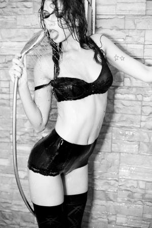 sauna nackt: hot sexy Frau in der Dusche in Dessous gekleidet - wild Mode-Shooting Lizenzfreie Bilder