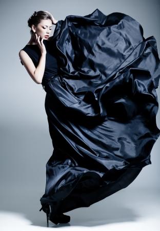 mujer rubia desnuda: modelo hermosa mujer vestida con un elegante vestido de una manera plantean