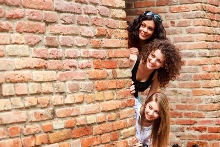 socializando: tres hermosas mujeres sonrientes