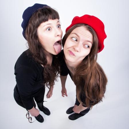 chicas divirtiendose: dos chicas lindas divirti�ndose y haciendo muecas