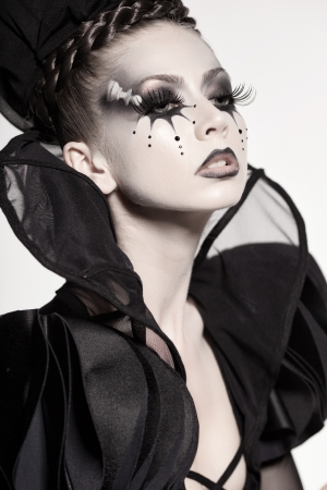 maquillaje de fantasia: bella modelo posando como reina de ajedrez - maquillaje de fantasía Foto de archivo