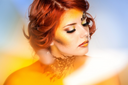 maquillaje de fantasia: mujer bonita con hermosa maquillaje de fantasía - Tiro de la belleza