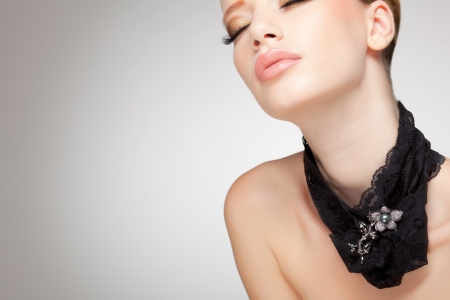 beautiful woman wearing jewelry, very clean image with copy space Standard-Bild