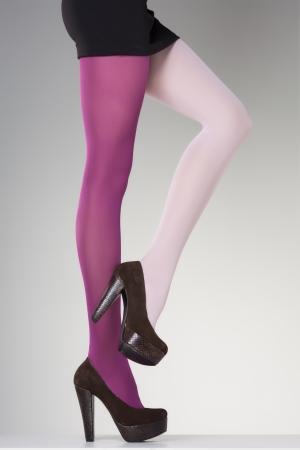 piernas mujer: medias en las piernas de mujer sexy aislados en gris