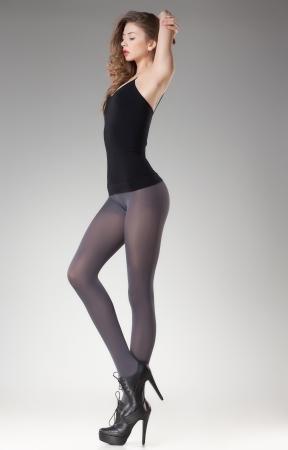 mooie vrouw met lange sexy benen in kousen en hoge hakken Stockfoto