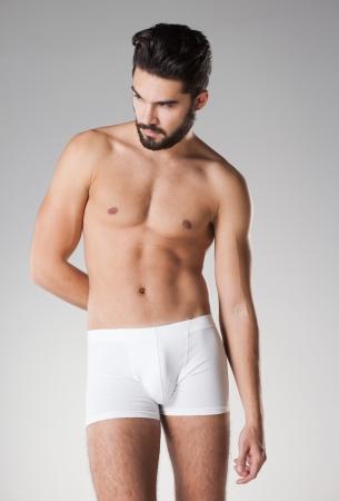 jungen unterwäsche: sexy gut aussehender Mann in der Unterw�sche, die im Studio aufwirft