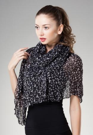sciarpe: bella donna che indossa sciarpa isolato su grigio