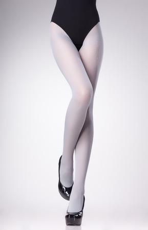 pantimedias: medias en las piernas de mujer sexy aislados en gris