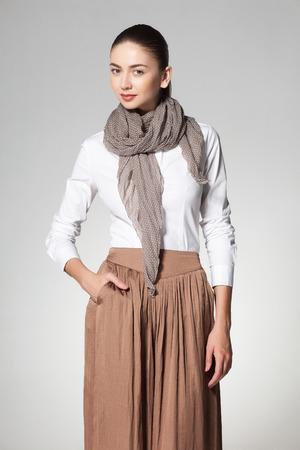 sciarpe: bella donna che indossa un scarve su sfondo grigio