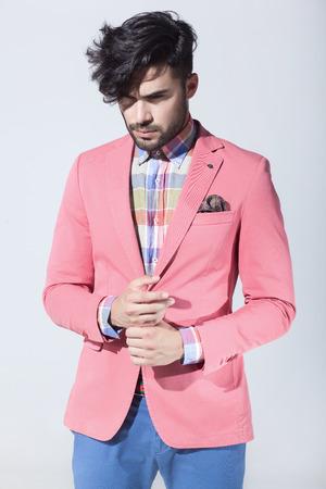 Sexy Mode männlichen Modell gekleidet elegant - lässig posiert gegen die Wand Standard-Bild - 44639601