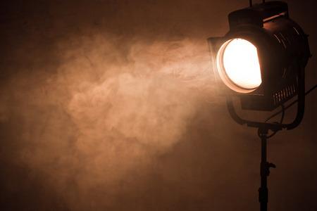 humo: teatro luz del punto de humo contra la pared del grunge