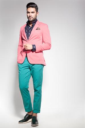attractive fashion male model dressed elegant - casual posing against Foto de archivo