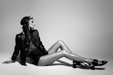 jacket: sexy vestido punky modelo de mujer, mirada húmeda, posando en el estudio