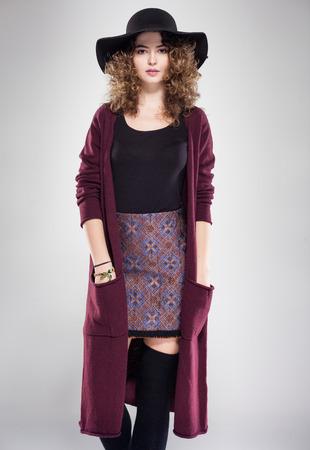 pretty woman with curly hair dresed casual posing in the studio Zdjęcie Seryjne