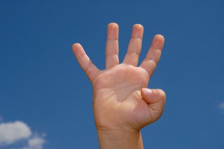 dedo me�ique: El n�mero cuatro hizo con la mano