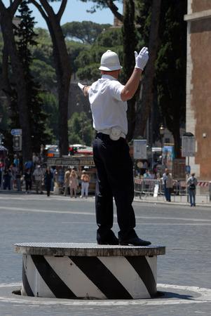 ローマの警官が交通を指示します。