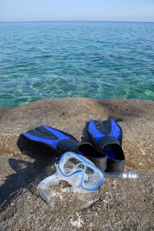 flippers: Masck y aletas en las rocas