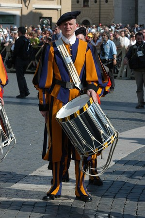 ceremonial clothing: VATICAN - MAY 4: Opening of the celebration for the V Centenary Suisse Guard Foundation. The Suisse Guards arrived from Lucerna benedicted by Pope Benedict XVI from his window in Saint Peter Square in Vatican on 4 may 2006