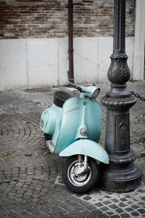 vespa piaggio: FANO, ITALIA - 16 novembre 2014: La Vespa, vecchio motorino italiano realizzato da Piaggio, parcheggiato sulla vecchia strada a Fano, Italia. Editoriali