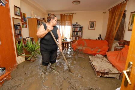 スカレッタ マリーナ、イタリア - 2009 年 10 月 3 日。地すべりが多くの死を引き起こすシチリアの町を侵略しました。地球と岩のトンの何百もを引き