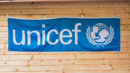 unicef: Roma, Italia - 9 dicembre 2015: Bandiera di Unicef ??appeso su legno Editoriali