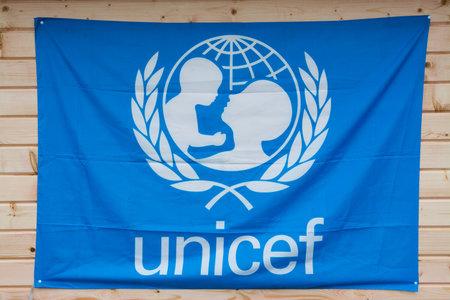 unicef: Roma, Italia - 9 dicembre 2015: Flag of Unicef ??appeso su legno