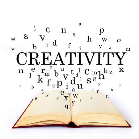 Creatività, parola sul libro con lettere che volano