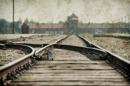 Auschwitz Birkenau의 정문과 철도. 그런지 배경 효과, 가짜 오래된 사진