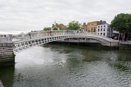Reizen in Ierland. Dublin, Ha'penny brug Stockfoto - 82860632
