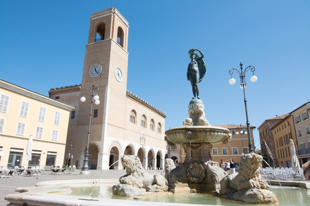Fano, Pesaro, Marches, Italie. Palazzo del Podesta et Statua della Fortuna Banque d'images - 84191865