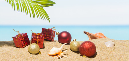 De decoratie van de bannerkerstboom op het strand in tropisch. Concept nieuwe jaarvakantie in hete landen