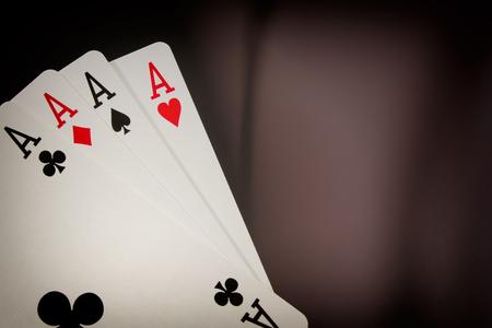 De combinatie van speelkaarten poker casino. Vier azen op zwarte achtergrond Stockfoto