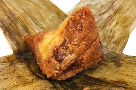 feuille de bambou: A pel�es des boulettes de riz sur des feuilles de bambou Banque d'images