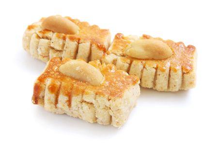 spicecake: Tres pedazos de galletas de man� aislado m�s de fondo blanco.