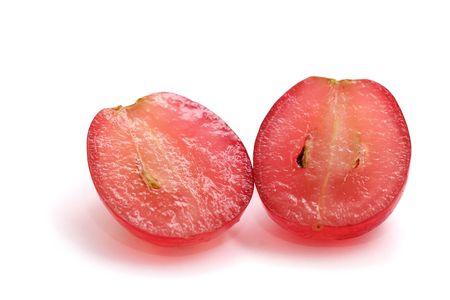 half and half: Una uva roja en rodajas en medio aislado en el fondo blanco.