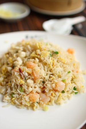 arroz chino: Arroz en blanco de la placa de frito de chino. Foto de archivo