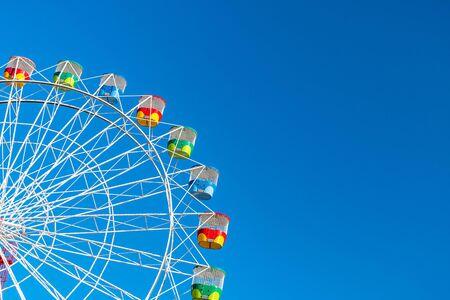 Ruota panoramica con sedili arcobaleno colorati a Sydney su sfondo azzurro del cielo