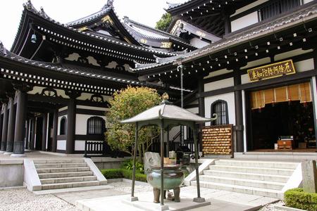 KAMAKURA, JAPAN - APRIL 05, 2019: Hasedera temple, the famous temple in the city of Kamakura, Japan Standard-Bild - 122443255