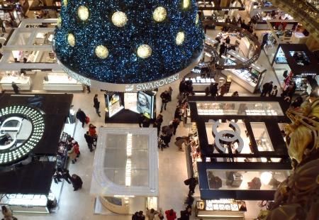 Parijs, Frankrijk - 8 december 2012 SWAROVSKI kerstboom op de beroemde warenhuis Galeries Lafayette aan de Boulevard Haussmann De Bal van de eeuw is in de viering van het 100-jarig bestaan van de winkel Redactioneel