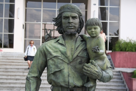 Santa Clara, Cuba - 29 maart 2006 standbeeld van Guevara met een kind in Santa Clara Dit standbeeld werd gemaakt in 1997 om de invoer van Guevara in Santa Clara op 28 december 1958 te vieren Redactioneel