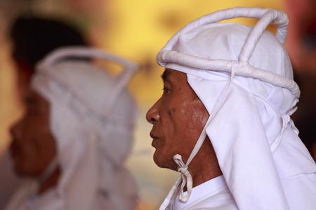 taoisme: Tay Ninh, Vietnam - 22 april 2014: monnik portret in een Caodai tempel in Vietnam. Caodai is een Vietnamese religie mengen van verschillende religies uit de hele wereld, waaronder het boeddhisme, het confucianisme, christendom, hindoeïsme, de islam, het jodendom, het taoïsme, en Geniis