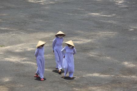 taoisme: Tay Ninh, Vietnam - 22 april 2014: Mensen bidden in een Caodai tempel in Vietnam. Caodai is een Vietnamese religie mengen van verschillende religies uit de hele wereld, waaronder het boeddhisme, het confucianisme, christendom, hindoeïsme, de islam, het jodendom, het taoïsme, en Genii