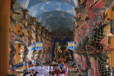 hinduism: Tay Ninh, Vietnam - 22 de abril 2014: La gente rezando en un templo Caodai en Vietnam. Caodai es una religi�n vietnamita mezcla de diferentes religiones de todo el mundo, incluyendo el budismo, el confucianismo, el cristianismo, el hinduismo, el islam, el juda�smo, el tao�smo y Genios Editorial