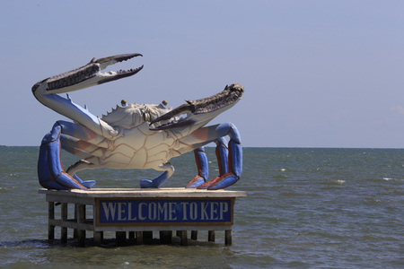 Een gigantische krab standbeeld verwelkomt bezoekers naar Krong Kaeb 'Kep' in het zuiden van Cambodja, niet ver van de grens met Vietnam. Krab vissen is een grote bron van lokale levensonderhoud hier.