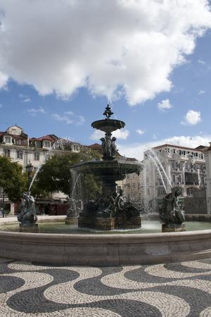 dom: Fontaine sur la place Dom Pedro IV à Lisbonne, Portugal