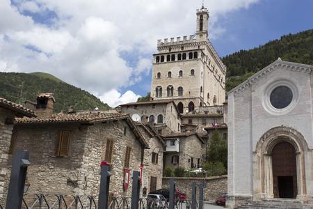 lejos: Gubbio, Italia - 4 junio 2016: Una vista de la ciudad de Gubbio. Gubbio es una ciudad y comuna en la parte lejos del noreste de la provincia italiana de Perugia (Umbría). Está situado en la ladera del monte bajo Ingino, una pequeña montaña de los Apeninos.