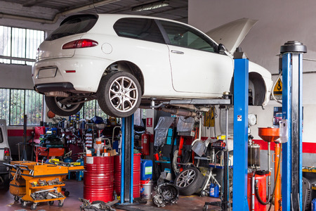 garage automobile: L'atelier sur la voiture pour les réparations et les réglages