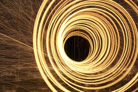 light up: anelli di fuoco e scintille luminose illuminano la notte Archivio Fotografico