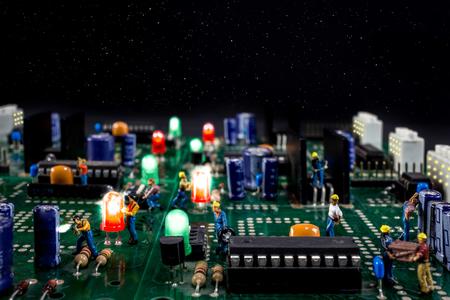 Männer arbeiten an einer Sternennacht in einer elektronischen Stadt